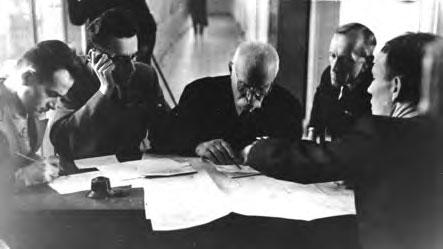 Совещание у директора Института электросварки (слева направо: Б.И. Медовар, И.И. Фрумин, Е.О. Патон, П.И. Севбо, Б.Е. Патон), октябрь 1947 г.