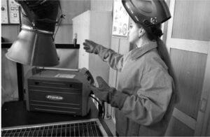 В. Смерека, учениця ІІ курсу з професії «Електрогазозварник», на уроці виробничого навчання в НПЦ зварювання